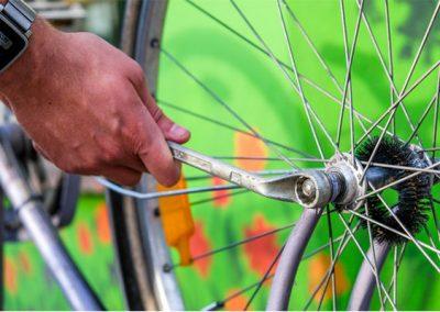 Reparieren eines Fahrrades